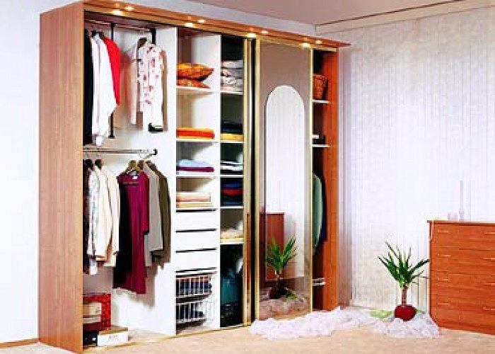 Для ценителей свободного пространства идеально подойдет шкаф.
